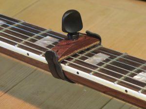 capodastre en palissandre du Honduras pour guitare électrique